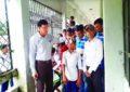 গোপালগঞ্জের টুঙ্গিপাড়ায় লিটল আই ডাক্তার প্রোগ্রামে দৃষ্টি শক্তি পরীক্ষা করছে শিশু শিক্ষার্থীরা