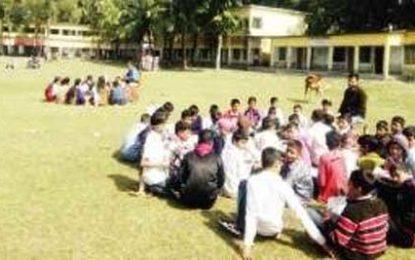 তীব্র শীতে যবুথবু শিক্ষার্থীদের ক্লাস রৌদ্রজ্জ্বল মাঠে